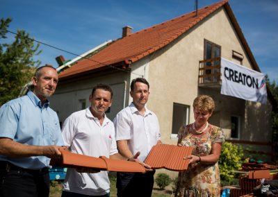 Balról jobbra: Szép Zoltán a CREATON területi szaktanácsadója, Nagy József tetőfedő a projekt vezetője, Horvát Tamás Tác polgármestere